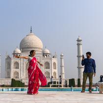 Turis mengunjungi Taj Mahal di Agra, India pada Senin (21/9/2020). Taj Mahal kembali dibuka untuk umum hari ini, Senin (21/9), dalam gerakan simbolis seperti biasa, bahkan ketika India tampaknya akan mengambil alih AS sebagai pemimpin global dalam infeksi Virus Corona COVID-19. (Sajjad HUSSAIN/AFP)