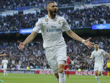 Penyerang Real Madrid, Karim Benzema merayakan golnya ke gawang Bayern Munchen pada leg kedua semifinal Liga Champions di Santiago Bernabeu stadium, Madrid, (1/5/2018). Madrid bermain imbang 2-2. (AP/Paul White)