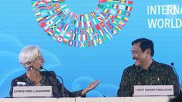 Ketua Panitia IMF-Bank Dunia Luhut Binsar Pandjaitan (kanan) tersenyum menatap Direktur Pelaksana IMF Christine Lagarde saat acara penutupan di Nusa Dua, Bali, Minggu (14/10). Pertemuan IMF-Bank Dunia resmi ditutup. (Liputan6.com/Angga Yuniar)