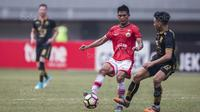 Gelandang Persija, Sandi Sute, berusaha melewati gelandang Borneo FC, Wahyudi Hamisi, pada laga Liga 1 di Stadion Patriot Bekasi, Jawa Barat, Minggu (16/7/2017). Persija menang 1-0 atas Borneo FC. (Bola.com/Vitalis Yogi Trisna)