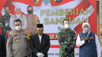 Pemprov Jawa Timur memberikan bantuan kepada Ponpes Gontor (Foto: Liputan6.com/Dian Kurniawan)