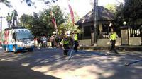 OLAH TKP: Sejumlah anggota dari Ditlantas Polda Jateng tengah melakukan olah TKP kasus tabrak lari yang menewaskan Eko Prasetio, Jumat (24/8). (Ari Purnomo/JawaPos.com)