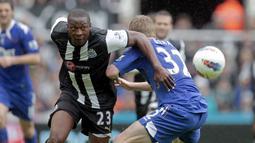 Shola Ameobi. Striker asal Nigeria ini menghabiskan waktu selama 13,5 musim di Premier League dengan memperkuat 2 tim, Newcastle United dan Crystal Palace mulai 2000/2001 hingga 2014/2015. Total bermain dalam 298 laga, mencetak 43 gol dan 20 assist. (AFP/Graham Stuart)