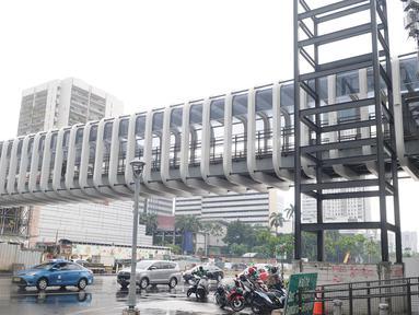 Kendaraan melintas jembatan penyeberangan orang (JPO) Bundaran Senayan di kawasan Jenderal Sudirman, Jakarta, Sabtu (5/1). Revitalisasi tiga di kawasan Sudirman ditargetkan selesai pada pertengahan Januari 2019. (Liputan6.com/Herman Zakharia)