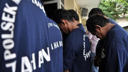 Polisi menghadirkan sejumlah tersangka saat rilis kasus retribusi dan parkir liar di Mapolsek Tanah Abang, Jakarta, Senin (4/6). Dalam aksinya pelaku menarik biaya retribusi Rp 10 ribu dan parkir liar senilai Rp 30 ribu. (Merdeka.com/Iqbal S Nugroho)