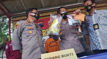 Tersangka FT, Anggota DPRD Kabupaten Grobogan dalam gelar kasus kepemilikan ganja kering seberat 23,8 gram. (Foto: Liputan6.com/Felek Wahyu)