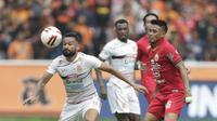 Bek Persija Jakarta, Maman Abdurahman, berebut bola dengan pemain Borneo FC, Francisco Torres, pada laga Shopee Liga 1 di SUGBK, Jakarta, Minggu, (1/3/2020). Persija menang 3-2 atas Borneo FC. (Bola.com/M Iqbal Ichsan)