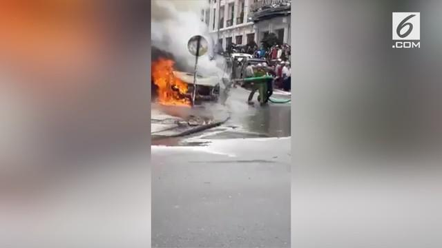 Lantaran tak ada pemadam kebakaran di sekitar lokasi, warga coba padamkan api dengan menggunakan truk tinja.