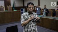 Romahurmuziy Divonis 2 Tahun Penjara: Terdakwa kasus suap jual beli jabatan di lingkungan Kemenag Romahurmuziy usai menjalani sidang vonis di Pengadilan Tipikor Jakarta, Senin (20/1/2020). Mantan Ketum PPP itu divonis pidana penjara selama dua tahun (Liputan6.com/Faizal Fanani)