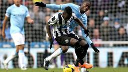 Duel memperebutkan bola antara Cheick Tiote dengan Yaya Toure pada pertandingan sepak bola Liga Inggris antara Newcastle United vs Manchester City di St James 'Park, Newcastle upon Tyne (12/01/14). (AFP/Ian Macnicol)