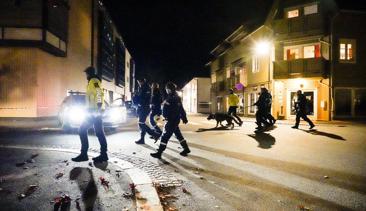 Polisi berjalan di tempat kejadian setelah serangan di Kongsberg, Norwegia, Rabu (13/10/2021). Teror serangan panah membuat gempar Kerajaan Norwegia. (Hakon Mosvold Larsen/NTB Scanpix via AP)
