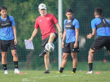 Pelatih kepala Timnas Indonesia, Shin Tae-young (kiri kedua) menendang bola saat latihan persiapan kualifikasi Piala AFC 2023 yang berlangsung di Lapangan G, Senayan, Sabtu (02/10/2021). Indonesia dijadwalkan akan melawan Taiwan pada 7 dan 11 Oktober 2021 di Thailand. (Bola.com/Bagaskara Lazuardi)