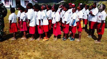 Murid Sekolah Dasar (SD) mengikuti upacara pengibaran bendera di Kantor Pemerintah Kabupaten Jayawijaya, Provinsi Papua, Kamis (17/8). Sebagian di antara peserta upacara hanya mengenakan sandal bahkan tanpa alas kaki. (Foto: Fitri Haryanti Harsono)