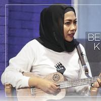 Setelah belajar strumming, sekarang waktunya belajar kunci dasar ukulele. Yuk, simak tutorial kunci lagu ost. Lion king bersama presiden ukulele Indonesia, Putu Ramadhani Ayodya.