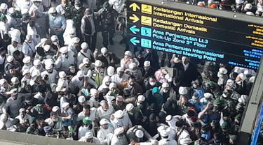 Rizieq Shihab saat menembus massa FPI di Bandara Soetta
