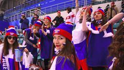Fans wania Rusia bersorak dalam pertandingan hoki es final perempat final antara Rusia dan Swiss saat Olimpiade Musim Dingin Pyeongchang 2018 di Pusat Hoki Kwandong di Gangneung (17/2). (AFP Photo/Jung Yeon-Je)