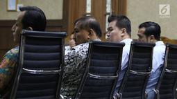 Tersangka kasus dugaan korupsi e-KTP, Markus Nari (kedua kiri) saat menjadi saksi pada sidang lanjutan dugaan korupsi E-KTP  dengan terdakwa Irvanto H Pambudi dan Made Oka Masagung di Pengadilan Tipikor, Jakarta, (25/9). (Liputan6.com/Helmi Fithriansyah)