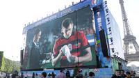 Suasana layar raksasa saat nonton bareng Piala Eropa 2016 di fan zone Kota Paris, Prancis, Minggu (26/6/2016). (Bola.com/Vitalis Yogi Trisna)
