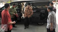 Ketua BPK RI, Harry Azhar Azis (tengah) saat tiba di Kantor Dirjen Pajak, Jakarta, Jumat (15/4/2016). Harry dipanggil untuk melakukan klarifikasi SPT SPT Tahunan PPh. (Liputan6.com/Helmi Fithriansyah)