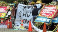 "Spanduk yang bertuliskan ""KPK Shut Down"" dibentangkan di depan Gedung Merah Putih, Jumat (13/9/2019). Aksi ini bentuk protes terhadap rencana DPR untuk melakukan revisi UU KPK dan sudah memilih Pimpinan KPK yang pernah bermasalah sewaktu menjabat di lembaga antisurah itu. (merdeka.com/Dwi Narwoko)"