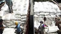 Pekerja membongkar Pupuk Urea sebanyak 1000 Ton yang akan dikirim ke Sampit, Kalteng di Pelabuhan Sunda Kelapa, Jakarta. (Antara)