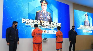 Polisi menangkap 2 pembuat web palsu. (Dian Kurniawan/Liputan6.com)