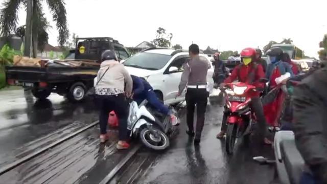 Puluhan pengendara sepeda motor yang melintasi rel Kereta Api jalur Pantura, Lamongan, Jawa Timur, Berjatuhan akibat rel licin usai diguyur hujan.