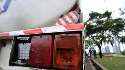 Kondisi bagian kaca sen belakang truk yang dirusak pendemo di Lapangan Monas, Jakarta, Senin (18/3). Sebelumnya, pada pagi tadi truk tangki berpelat polisi B 9214 TFU dan B 9575 UU tersebut dibajak oleh pendemo. (merdeka.com/Iqbal S. Nugroho)
