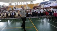 Gaya Wakil Gubernur DKI Jakarta Sandiaga Salahudin Uno usai menembakan bola ke dalam ring dalam pembukaan pelatihan pendidikan Basket di Gor Ciracas, Jakarta, Rabu (24/1). (Liputan6.com/Faizal Fanani)