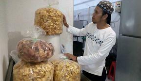 Keripik buah yang belum dikemas hasil produksi industri rumahan di Kota Malang (Liputan6.com/Zainul Arifin)