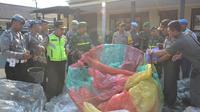 Polisi menyita puluhan balon udara di Ponorogo saat libur Lebaran. (Liputan6.com/Dian Kurniawan)