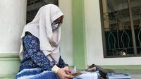 Seorang siswi di Pekanbaru belajar daring karena penyebaran Covid-19 di Riau masih terjadi. (Liputan6.com/M Syukur)