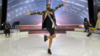 Ayu Maulida tampil dalam balutan outfit dari Tapis Lampung karya desainer Priyo Oktaviano menjelang grand final Miss Universe 2020. (dok. Instagram @officialputeriindonesia/https://www.instagram.com/p/CO6e-okFc0P/)