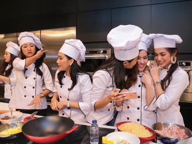 Geng sosialita Girls Squad mulai mempublikasikan kegiatan sosialnya. Seperti diketahui, grup yang diisi beberapa selebriti ini sering kali membuat kegiatan sosial, namun tidak pernah dipublikasikan. (Adrian Putra/Bintang.com)