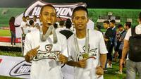Fredyan Wahyu (kanan) bersama pemain PS Tira, Roni Sugeng. (Bola.com/Vincentius Atmaja)