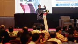 """Menko Perekonomian Darmin Nasution saat memberikan paparan dalam pembukaan seminar Komite Ekonomi dan Industri Nasional (KEIN) di Jakarta, Rabu (17/1). Seminar tersebut bertemakan """"Mengelolah potensi Ekonomi 2018"""". (Liputan6.com/Faizal Fanani)"""