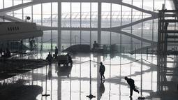 Para pekerja menyelesaikan pembangunan Bandara Internasional Beijing Daxing di pinggiran Beijing, China (1/3). Pembangunan terminal bandara ini direncanakan akan rampung pada Septembr 2019. (AP Photo/Ng Han Guan)