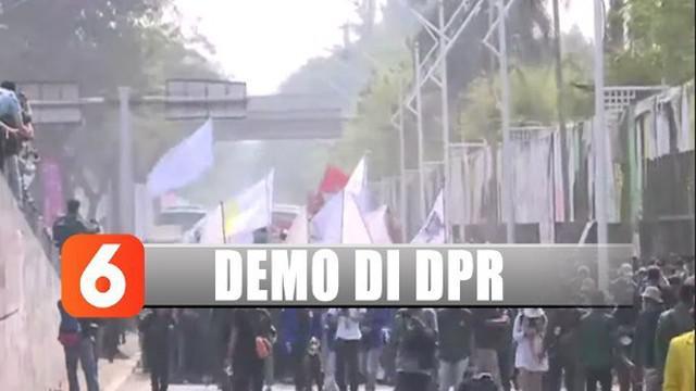 Namun pergerakan mahasiswa ditahan oleh pihak kepolisian dengan membentuk barikade tepat di depan barisan mahasiswa.