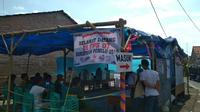 Penyelenggara pemilu di TPS 07 tetap melakukan pencoblosan sembari panitia yang lain mencari sisa surat suara dari TPS yang ada di sekitarnya. Foto (Liputan6.com / Panji Prayitno)
