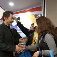 Reza Artamevira mencium tangan Gatot Brajamusti usai terpilih kembali sebagai ketua PARFI. (Hasan Mukti Iskandar/Bintang.com)