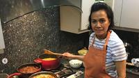 Sri Mulyani saat memasak turkey dan ayam kalasan menyambut Thanksgiving pada 2014 lalu (Dok.Instagram/@smindrawati/https://www.instagram.com/p/CIDcAw9p9yT/Komarudin)