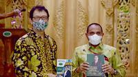 Ayah Raline Shah Rahmat Shah meluncurkan buku 'DR. H. Rahmat Shah Perjuangan Pengabdian Pemikiran Karya Nyata yang Bermanfaat' di Taman Joglo Tempat Pertemuan Outdoor Wong Solo Medan.