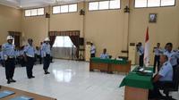 Sidang disiplin Satpomau Lanud Muljono Surabaya, Peltu YNS  dipimpin langsung oleh hakim disiplin Komandan Lanud Muljono Surabaya, Kolonel Pnb Budi Ramelan. (Liputan6.com/Dian Kurniawan)