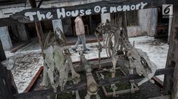 Sejumlah tulang belulang hewan yang terkena erupsi Gunung Merapi tahun 2010 di Galeri Sarsuadji, Sleman, Jawa Tengah, Minggu (26/11). Galeri ini didirikan untuk menggambarkan betapa dahsyatnya erupsi Merapi pada 2010 silam. (Liputan6.com/Faizal Fanani)