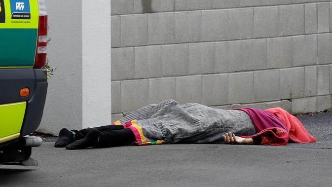 Sesosok jenazah tergeletak di jalan setelah insiden penembakan di Masjid Al Noor, Christchurch, Selandia Baru, Jumat (15/3). Saksi mata mengatakan kepada wartawan New Zealand Stuff dia melihat empat orang tergeletak bersimbah darah. (AP Photo/Mark Baker)