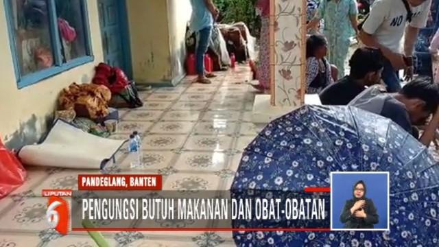 Selain di gedung sekolah, ratusan pengungsi warga Carita masih bertahan di tenda-tenda darurat dan rumah warga.
