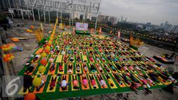 """Peserta berbaring saat mengikuti Yoga in the Air di rooftop Plaza Semanggi, Jakarta, Sabtu (30/4). Kegiatan ini dilakukan sebagai bentuk kampanye """"Stay fresh and healthy with Kiranti"""".(Liputan6.com/Johan Tallo)"""
