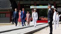 Presiden Jokowi dan Presiden Korea Selatan Moon Jae-in didampingi Ibu Negara Iriana Joko Widodo dan Ibu Negara Kim Jung-sook memeriksa penjaga kehormatan saat upacara penyambutan di istana Changdeokgung, Seoul, Senin (10/9). (Jeon Heon-kyun/Pool via AP)