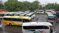 Sejumlah bus antarprovinsi dipersiapkan untuk mengangkut penumpang menjelang Natal dan Tahun Baru, Jakarta, Senin (8/12/2014). (Liputan6.com/Miftahul Hayat)