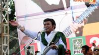 Rhoma Irama (Capres dari PKB) juga menyelipkan pesan politiknya dalam setiap lagu yang dinyanyikannya saat kampanye terbuka PKB di lapangan Pulomas Jakarta (Liputan6.com/Helmi Fithriansyah)